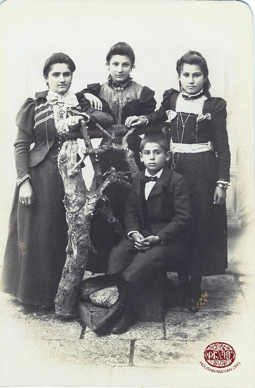 Օրտու, 1900-ականներու սկիզբը. Տիրան Անդրէասեան (նստած) իր քոյրերուն հետ. ձախէն աջ՝ Հայկուհի, անունը անծանօթ, Իմաստուհի