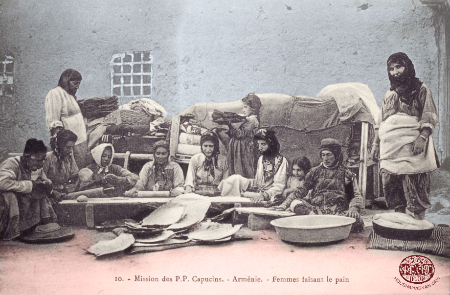Խարբերդի դաշտ. հայ կիներ ու աղջիկներ հացի պատրաստութեան ատեն
