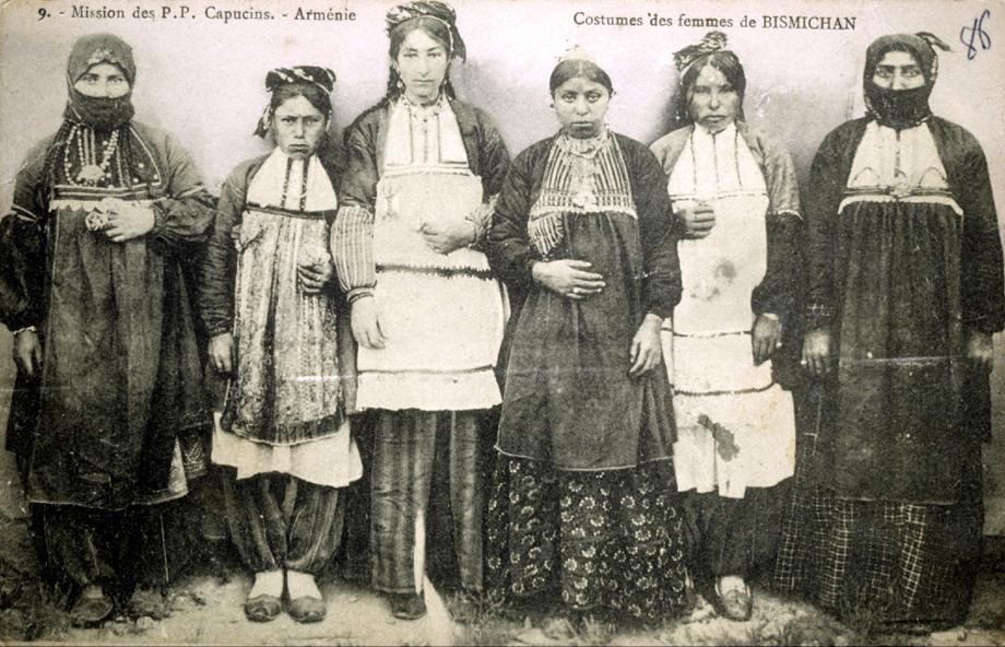 Բազշամէնցի (Պիզմիշին, ներկայիս Սառըչուպուք) կիներ իրենց աւանդական տարազներով
