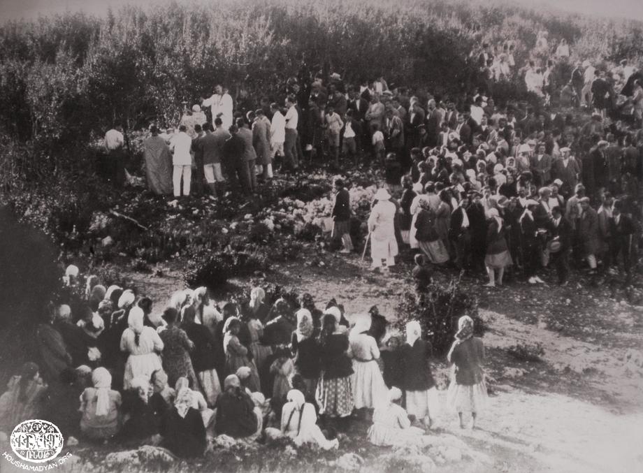 Բացօթեայ խորան Տամլաճիքի մէջ (Մուսա Լեռ) 1920-ականներու կէսերուն
