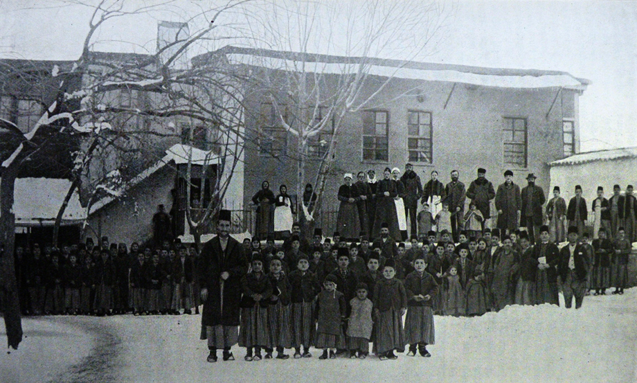 Mezire. Orphans, teachers and officials of the German orphanage