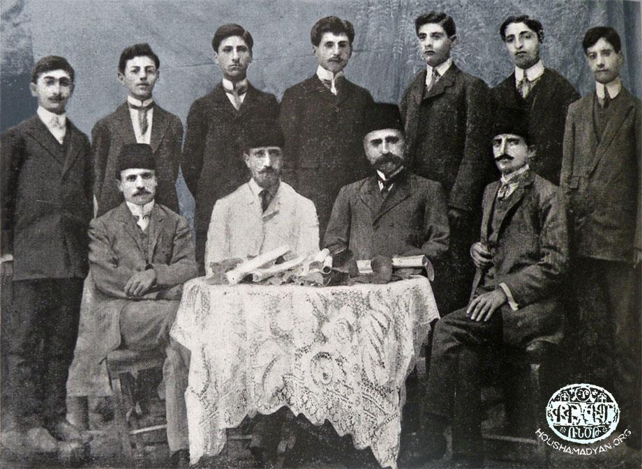 Խարբերդ, 1909. Ս. Յակոբի Կեդրոնական վարժարանի ուսուցչական կազմն ու շրջանաւարտները