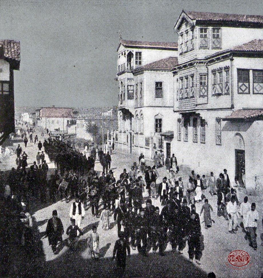 Մեզիրէ, 1913. զինուորական տողանցք քաղաքին գլխաւոր փողոցին մէջ