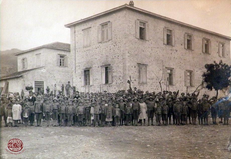 Տէօրթեօլի որբերը լուսանկարուած որբանոց-վարժարանի շէնքին առջեւ, 1919-էն 1921-ի միջեւ