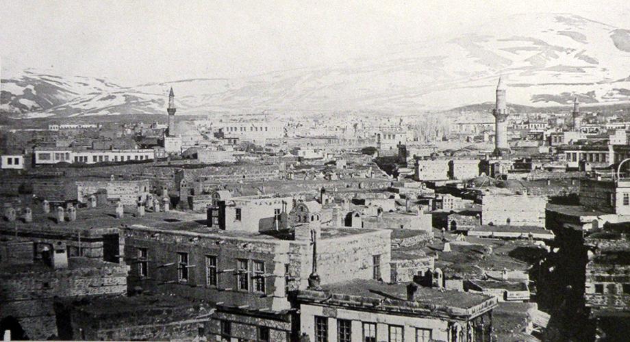 [Translate to Türkisch:] A panoramic view from Erzurum (H. Hepworth, Through Armenia on horseback, London, 1898)