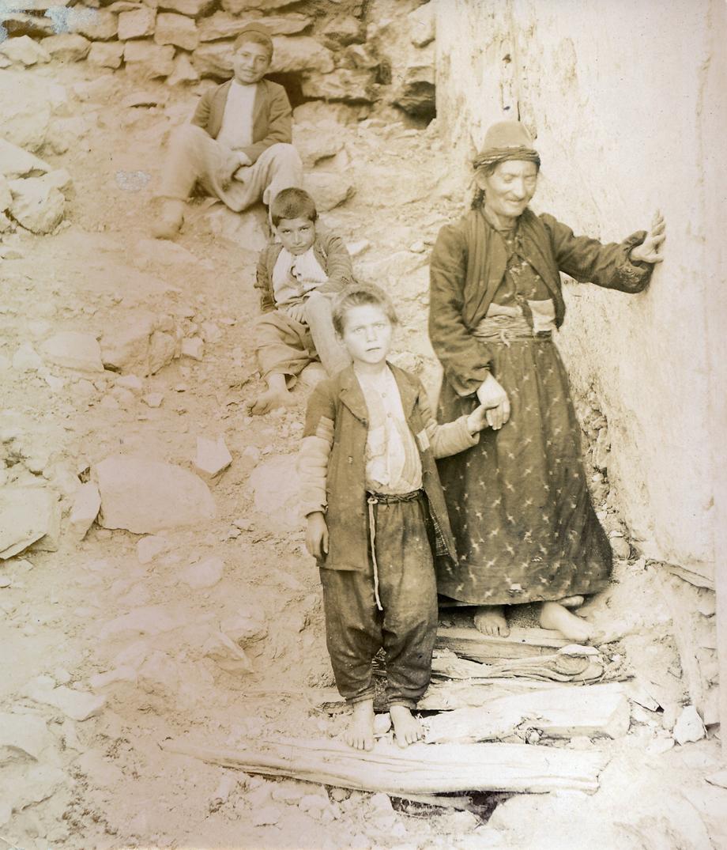 Տեսարան մը Հաճընի հայկական կեանքէն, լուսանկարուած հաւանաբար 19-րդ դարու վերջը