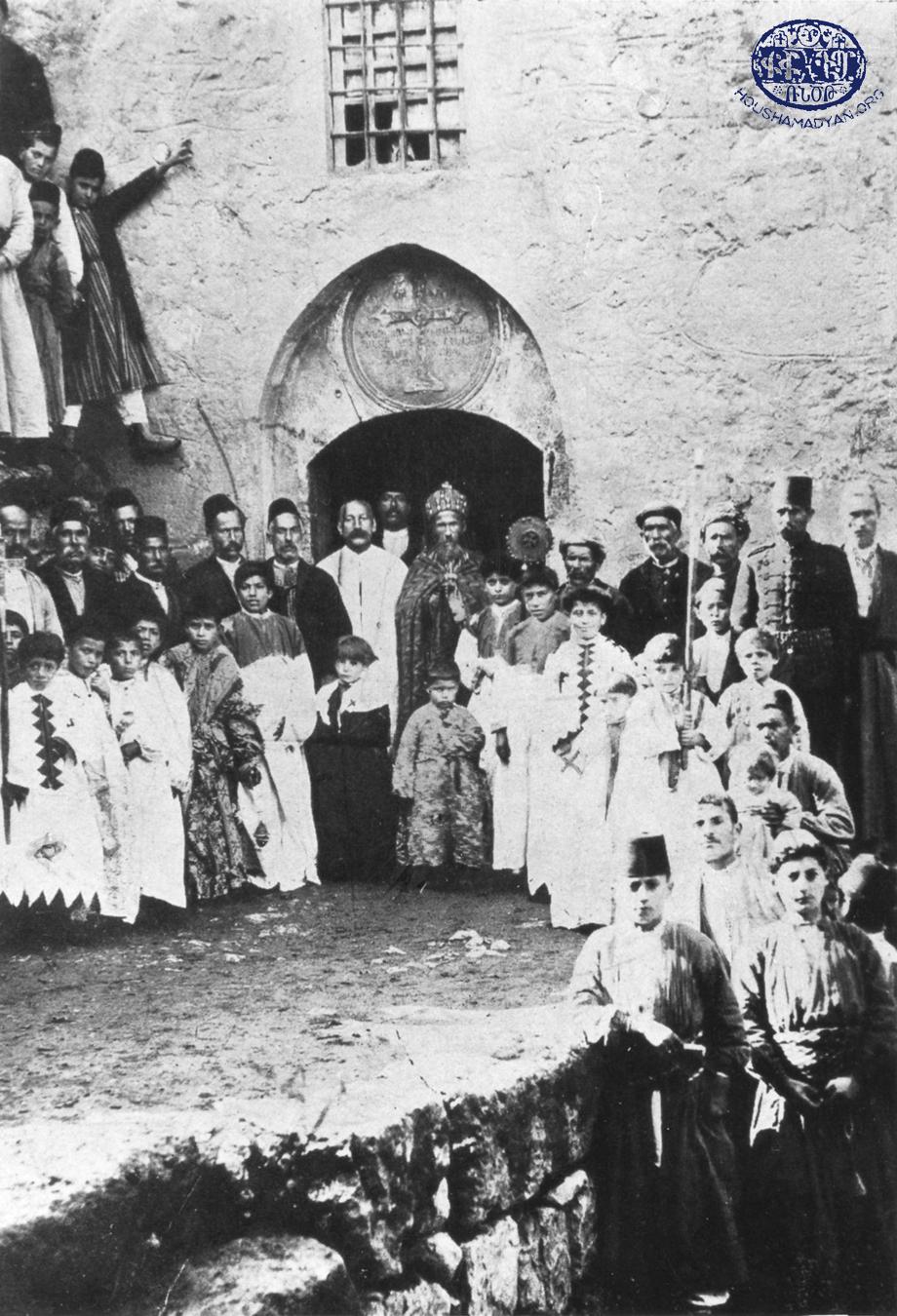 İçme, 1913. Surp (Aziz) Nigoğos Kilisesi'nin girişi