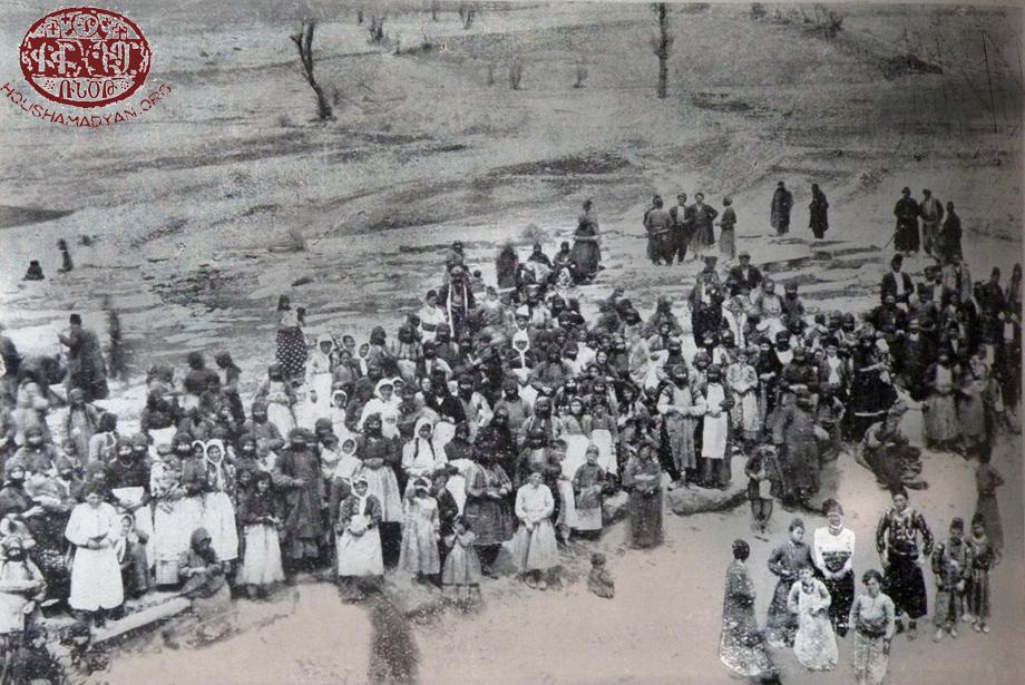 Խուլագիւղի (Հուլվենք/Շահինքայա) գերեզմաննոցին մէջ՝ Մեռելոցի օր մը