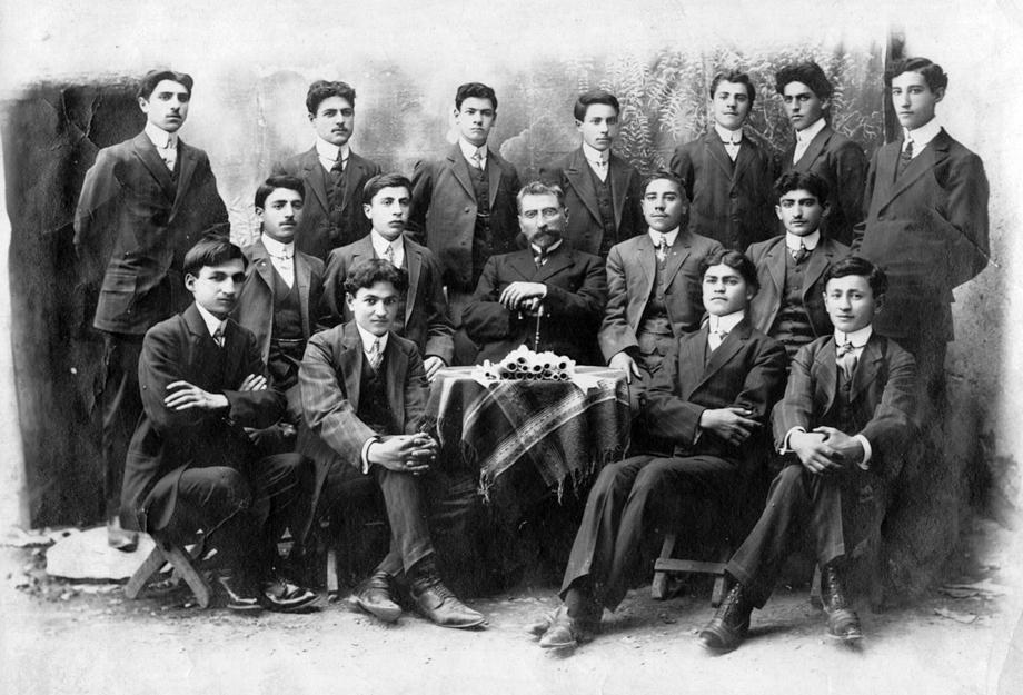 Խարբերդ, 1910. Ս. Յակոբի Կեդրոնական վարժարանի շրջանաւարտները