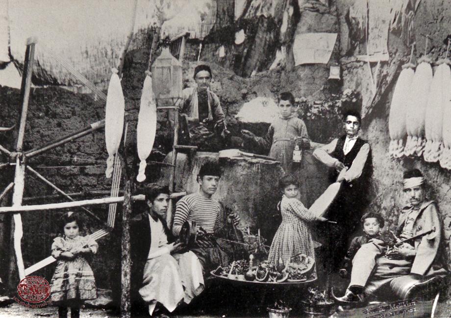 Հիւսէնիկ. շերամի խոզակներէն մետաքսի թել քաշելու աւանդական գործարան մը (Ահարոնեան, op. cit.)