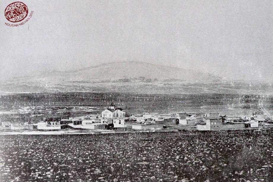 Khulaküğ'den (Hülvenk, Şahinkaya) genel görünüm, resmin merkezinde Surp Kevork Kilisesi görünmekte