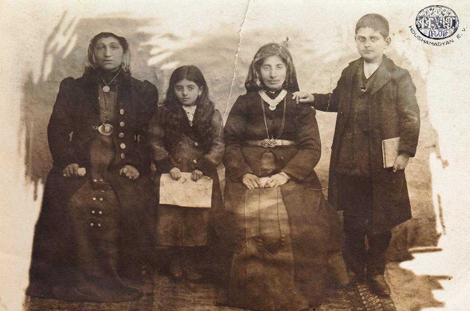 Վան, Մկրտիչեան/Տիլոտեան ընտանիքը (Աղբիւր՝ Մկրտիչ Մկրտիչեանի հաւաքածոյ, Թօրօնթօ)