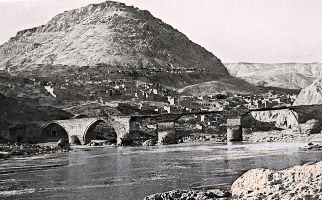 Բալու քաղաքը եւ Արածանի գետին վրայ շինուած կամուրջը (աղբիւր՝ Earl Percy, Highlands of Asiatic Turkey, London, 1901)