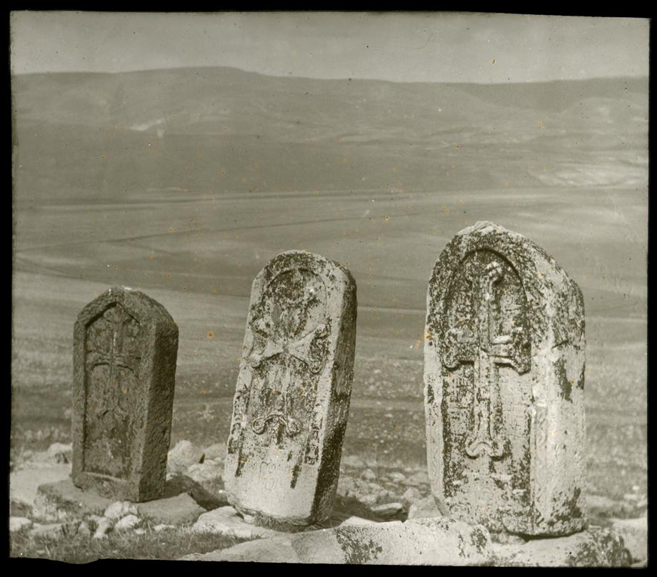 Surp Asdvadzadzin Manastırı'nın mezarlığına ait haçkarlar
