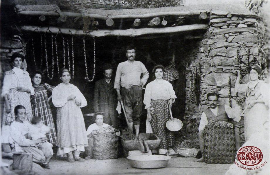 իւսէնիկ. հայ ընտանիք մը ռոճիկի (շարոց, սուճուկ) եւ պաստեղի պատրաստութեան պահուն