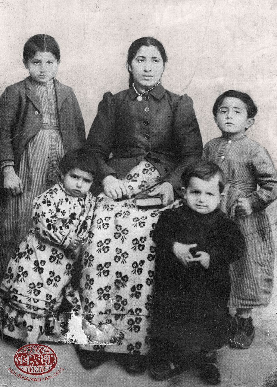 Շէյխ Հաճի, մօտ 1911 թուականին. Էլիզապէթ Ապրահամեան (մայր), ետեւի շարքին (ձախէն աջ)՝ Ապրահամ եւ Աւետիս, առջեւի շարք (ձախէն աջ)՝ Արաքսի եւ Սամ Մաթէ