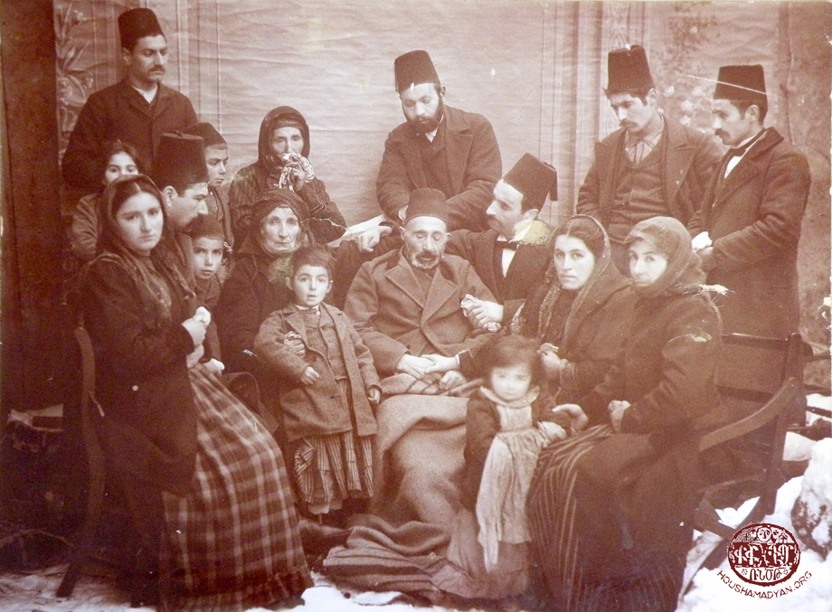 Gürün: A group photograph taken around Mahdesi Avedis Toumajan's body