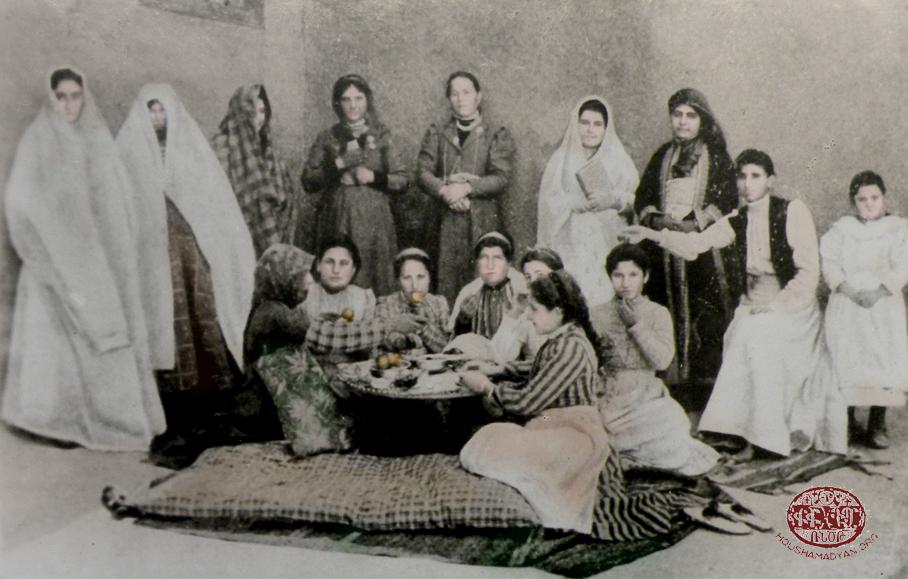 Հիւսէնիկ (Խարբերդի դաշտ). հայ կիներ լուսանկարուած տան տանիքին վրայ, ամրան եղանակին