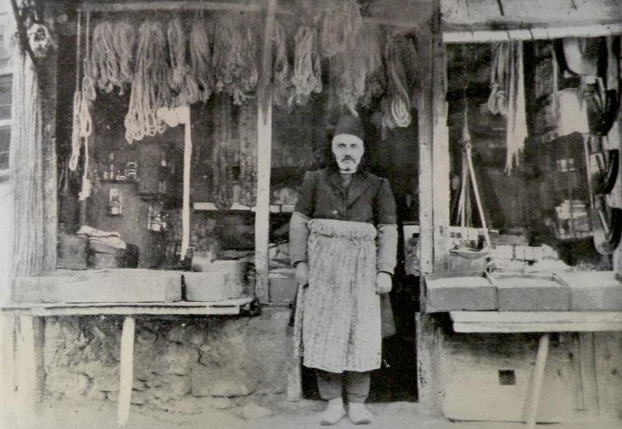Harput. Bakkal Ovanes, dükkanının önünde (Kaynak; Vahe Hayg, a.g.e.)