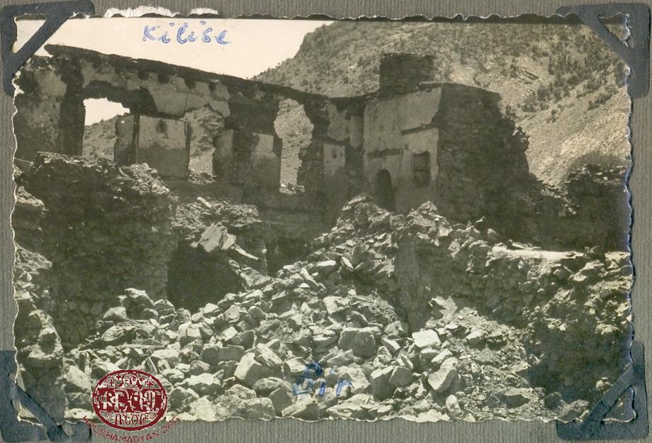 Halvor Manastırı (veya Aziz Garabed Manastırı), yıkımından sonra çekilmiş bir fotoğraf, 1937 veya 1938 civarı