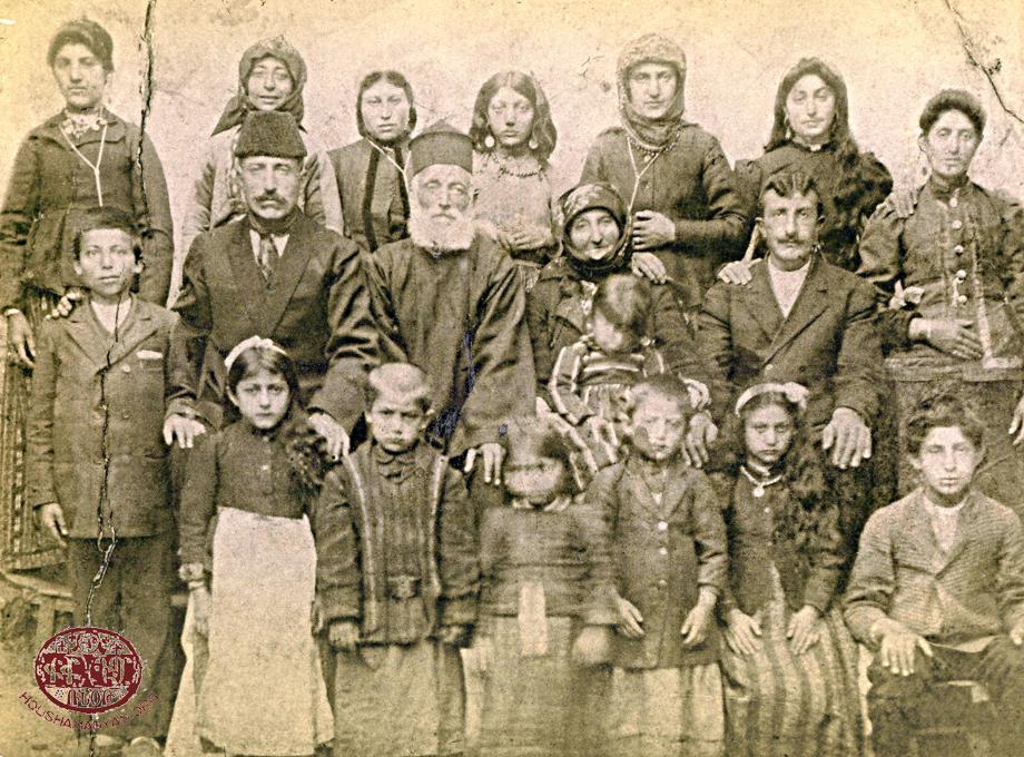 Hazari (günümüzde Anıl) köyü papazı Hovhannes ve ailesi