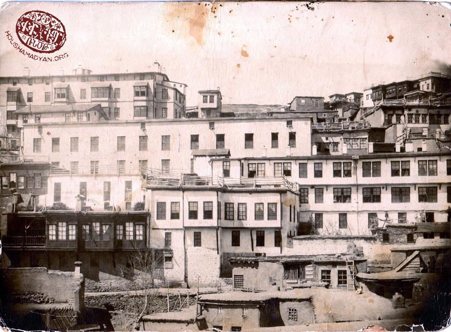 Harput şehrinin Yukarı Mahallesi'nden bir görünüm (Kaynak; Hurig Zakaryan koleksiyonu).