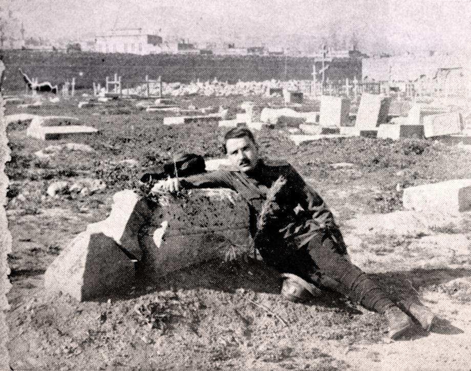 Լեւոն Լիւլէճեան իր եղբօր՝ Տօնապետին, գերեզմանին մօտ, Կարին/Էրզրումի մէջ