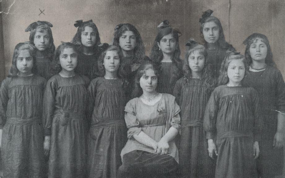 Տէօրթեօլի Կեդրոնական վարժարանի աղջկանց բաժնի շրջանաւարտները իրենց ուսուցչուհիին հետ, 1912-1913