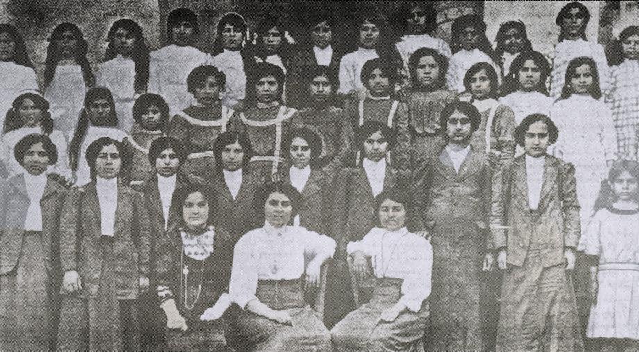 Տէօրթեօլի Կեդրոնական վարժարանի աղջկանց բաժնի շրջանաւարտներն ու բարձրագոյն դասարաններու աշակերտուհիները իրենց ուսուցչուհիներուն հետ, 1912-