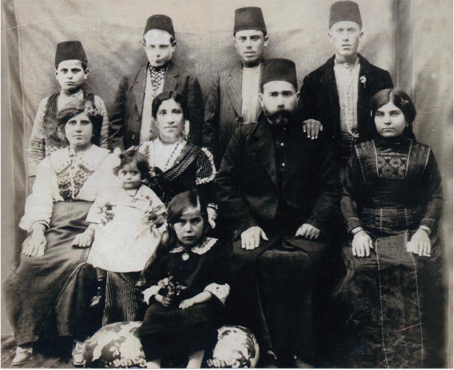 Հալէպ, ca 1918. Հաճի Յարութիւն (Արթին) աղայ եւ Էլիզա Թորոսեաններու ընտանիքը (Պիրէճիքէն)