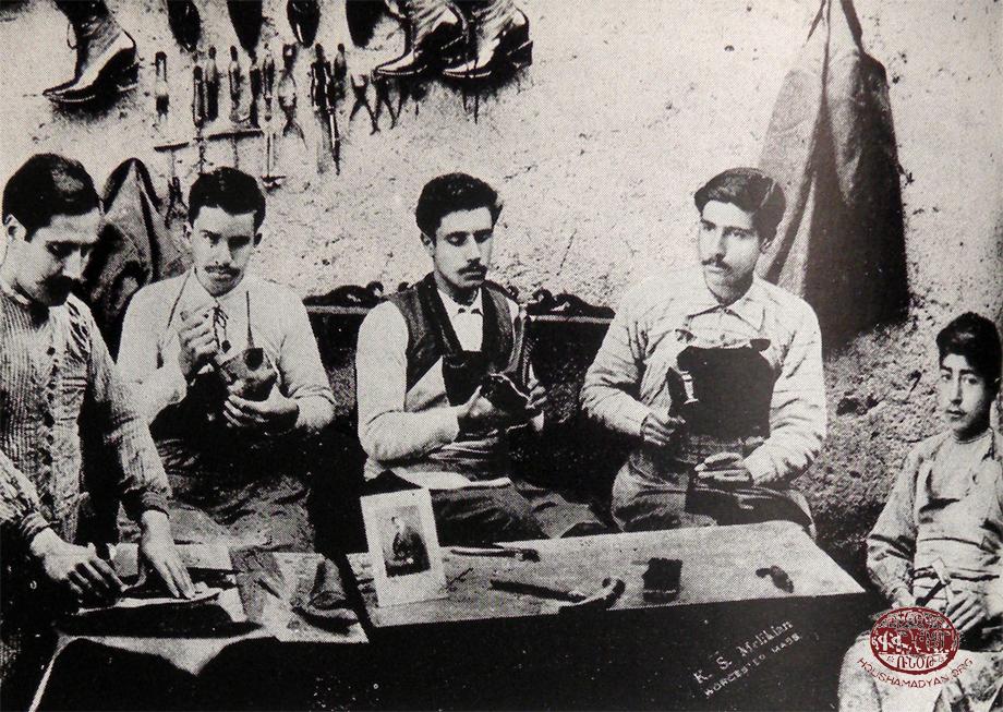 Hüseynik, bir kunduracı atölyesi ve Ermeni kunduracılar (Kaynak; Aharonyan a.g.e.)