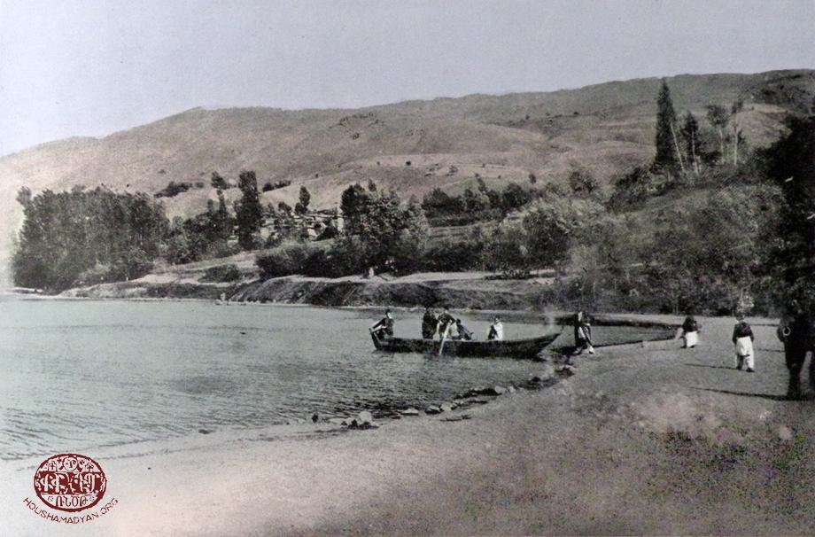 Dzovk (Gölcük) köyü ve köye adını veren gölden bir görünüm